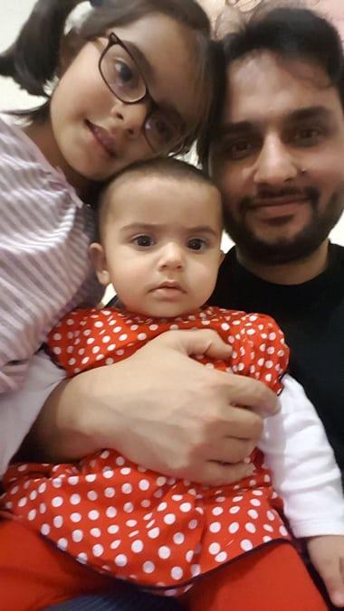 Tiến sĩ Kazmi cùng với con gái Maryam và Fatim - visa Anh